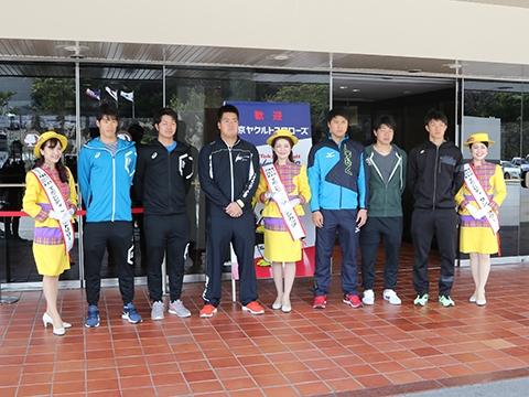 ルーキー6選手がキャンプ地・浦添市内を観光!