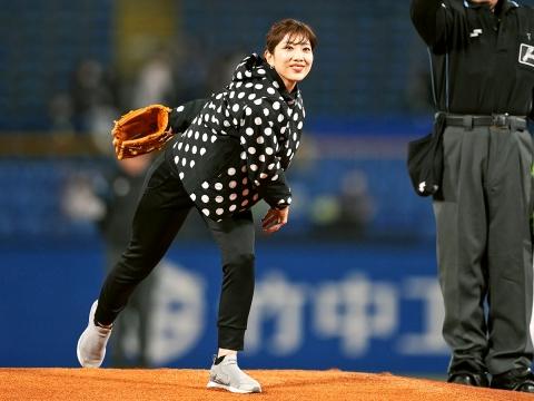 潮田玲子さんが始球式