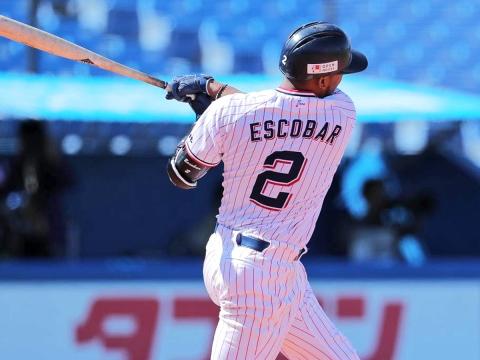 2回、先制のタイムリー二塁打を放つエスコバー選手