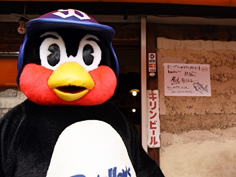 つば九郎が「神宮前二丁目商店街」を訪問!