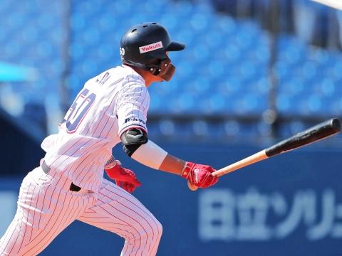 2回、2点タイムリー二塁打を放つ上田選手