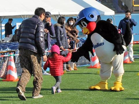 つば九郎が新宿シティハーフマラソンに登場!